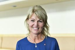 Näringslivsdoldisen Anna Hallberg tar över som utrikeshandelsminister, för dagen med en socialdemokratisk ros på klänningen, efter Ann Linde som blir utrikesminister.