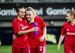 Bayern Münchens Mandy Islacker kramas om av lagkamraten Lina Magull efter segermålet på tilläggstid.