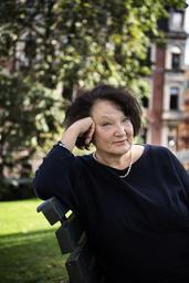 'Det intresserar mig hur makt fungerar och utövas. Det är samma i små sammanhang som i större. Men i små sammanhang blir det så tydligt', säger Monika Fagerholm som själv har flyttat från Helsingfors till en liten stad med sin man.