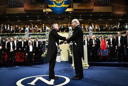 Kazuo Ishiguro är den senaste författaren som har fått ta emot Nobelpriset i litteratur ur kung Carl XVI Gustafs hand. Arkivbild.