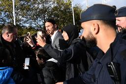 Många ville ta en bild med Zlatan Ibrahimovic efter invigningen och det blev lätt kaotiskt när massvis av folk bröt avspärrningarna.