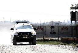 Medlemmar i en turkstödd milis passerar gränsen mellan Syrien och Turkiet på onsdagen.