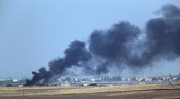 Svart rök stiger från ett samhälle i nordvästra Syrien.