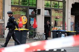 Polisavspärrningar vid en kebabrestaurang i Halle där gärningsmannen också rapporteras ha gått till attack.
