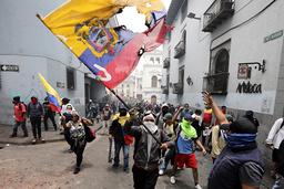 Demonstranter tågar i Quito.