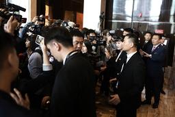 Journalister väntar på en presskonferens i Shanghai som sedan ställdes in.