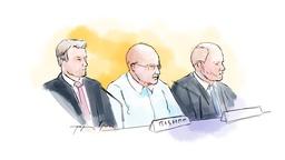 En 63-årig amerikan (i mitten i vit skjorta) som drivit finansiell verksamhet i Sverige och USA är en av de huvudmisstänkta i Falcon Funds-härvan. Till höger om honom den offentliga försvararen Henrik Olsson Lilja.