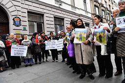 Ett 20-tal personer protesterade utanför Sveriges ambassad i Sarajevo mot att Peter Handke tilldelas 2019 års Nobelpris i litteratur.