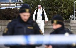 Polis och kriminaltekniker utanför flerfamiljshuset i Arlöv där paret hittades i en lägenhet i början av oktober. Arkivbild.