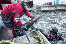 Marinarkeologerna Jim Hansson och Patrik Höglund besiktigar och dokumenterar och tar prover från vrak.