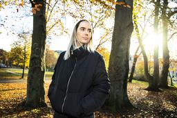 'Man ska inte gå emot gamla damer' säger Susanne Skogstad, vars debutroman handlar om en änka i djup sorg.