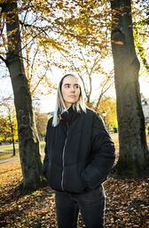 Dagens ideal om ett leva lycklig kolliderar med en verklighet av motgångar, besvikelser och sjukdomar, konstaterar Susanne Skogstad som undersöker just detta i sin roman.