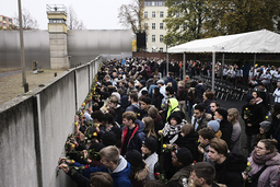 Minnesdagen av Berlinmurens fall inleddes på Bernauer Strasse i Berlin. Människor placerade symboliskt blommor i en av de sista kvarvarande delarna av muren.