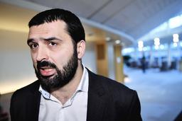 Vänsterpartiets Ali Esbati (V) hotar med att väcka misstroende mot Eva Nordmark.