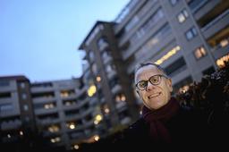 Jan Ohlsson är nöjd ordförande i bostadsrättsföreningen Linné. En enkät i föreningen visade att det fanns intresse för elbilar, och i måndags var laddboxarna på plats.