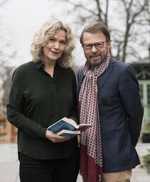 Åsa Wikforss och Björn Ulvaeus gläds båda över julklappen till landets gymnasietreor.