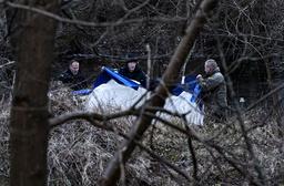 Kriminaltekniker, dykare från sjöpolisen och hundförare arbetar vid Vramsån i Tollarp på tisdagen. En 20-årig kvinna från Skåne har varit försvunnen i över en vecka. Polisen tror att hon kan ha utsatts för ett brott.