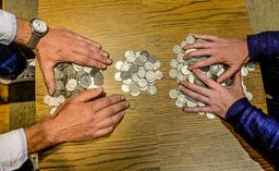 Mitt, ditt eller vårt? Hur vi har det med våra pengar i familjen varierar, både mellan olika par och genom livet. Arkivbild