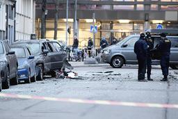 Poliser undersöker området vid ett flerfamiljshus på Gyllenstiernsgatan på Östermalm i Stockholm efter explosionen.