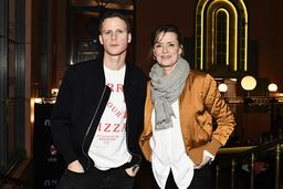 Adam Pålsson och Marie Richardson spelar huvudrollerna i tv-serien 'Innan vi dör'.