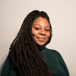 Candice Carty-Williams skriver galghumoristiskt om en ung svart tjejs utmaningar i 'Queenie'. Pressbild.