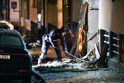 Kriminaltekniker arbetade på platsen explosionen på Östermalm i Stockholm. En bil blev totalförstörd och explosionen orsakade även stora skador på intilliggande fastigheter. Arkivbild.
