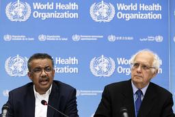 WHO:s generalsekreterare Tedros Adhanom Ghebreyesus (till vänster) och ordföranden i WHO:s nödkommitté Didier Houssin.