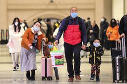 Nästan alla bär ansiktsmask i Wuhan.