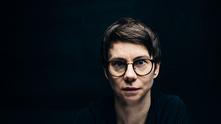 Dramatikern och regissören Milja Sarkola romandebuterar med 'Mitt kapital'. Pressbild.