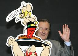 Franske tecknaren Albert Uderzo tillsammans med sin skapelse Asterix. Arkivfoto.