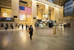 Tågstationen Grand Central i New York i USA var nästan tom på måndagen, då restriktionerna för att minska spridningen av det nya coronaviruset trätt i kraft.