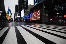 Times Square i New York i USA var nästan tomt på måndagen då restriktionerna för att minska spridningen av det nya coronaviruset trätt i kraft.