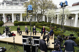 President Donald Trump talar med Fox News programledare Bill Hemmer under en utfrågning utanför Vita huset.
