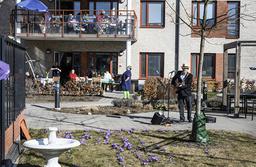 Många sjunger med och en del ställer sig upp och dansar när Mikael Edfelt besöker Attendos äldreboende i Täby.