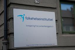 Smittskyddsexperterna vid Folkehelseinstituttet i Norge har en rådgivande funktion och inte samma roll som kollegorna på svenska Folkhälsomyndigheten.