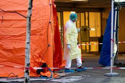 På ett sjukhus i norska Oslo har man satt upp tält så att man kan köra in med bil för att testa sig för coronaviruset.