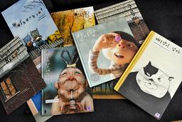 Beak Heena bygger dockskåpsliknande miljöer och gör egna figurer till sina böcker. 'Little Chick Pee-yakis mum' från 2011 är en av få böcker som hon tecknat.