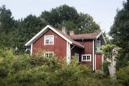 Faluröd skärgårdsstuga på Gräskö i Stockholms skärgård. Arkivbild.