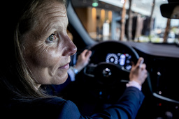 Nu införs Volvo Cars fartspärr på 180 kilometer i timmen. 'Det är stor skillnad mot 220 eller 250 som det varit tidigare', säger Malin Ekholm, chef på Volvo Cars säkerhetscenter.