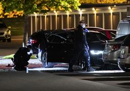 Polisens kriminaltekniker undersöker en bil med skador.