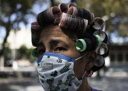 En kvinna i Caracas i Venezuela som bär ett hemmagjort munskydd. Arkivbild.