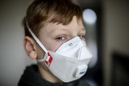 Ett filtrerande andningsskydd tar luft från omgivningen, men filtrerar bort och hindrar partiklar, till exempel virus, från att nå andningsorganen. Arkivbild.
