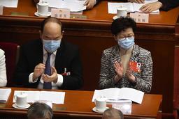 Hongkongs ledare Carrie Lam (till höger) deltog i öppnandet av nationella folkkongressen i Peking, som de flesta med munskydd för att begränsa spridningen av coronaviruset.
