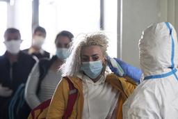 Rumänska gästarbetare får sin kroppstemperatur uppmätt vid flygplatsen Frankfurt-Hahn i Tyskland.