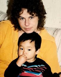 'Om inte jag hade berättat om mammas liv och död hade ingen annan gjort det heller. Då hade hon fortsatt vara en siffra i statistiken. Jag vill levandegöra henne men inte på något vis utmåla henne som ett helgon, utan skriva fram en människa med sina rätt och fel. Och förhoppningsvis kan jag berätta något om Sverige', säger Patrik Lundberg, här med sin mamma Birgitta Lundberg.