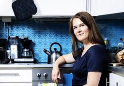 Marie Auberts debutbok, novellsamlingen 'Får jag följa med dig hem', kommer nu översatt till svenska. Berättelserna i den kretsar kring olika typer av relationer på väg att gå sönder. Pressbild.