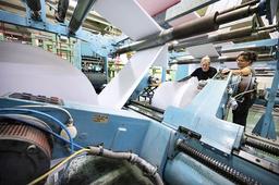 Rullar med papper på väg till färgning på Lessebo bruk i oktober 2020.