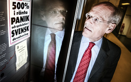 Riksbankschef Stefan Ingves bredvid en löpsedel från 1992. Arkivbild.