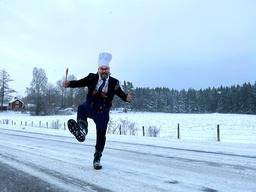 Peter Jansson och hans kollegor ger under våren den livsända föreställningen 'Jansson gör länet' – en 'cookalong' från bygdegårdar i Östergötland. Pressbild.