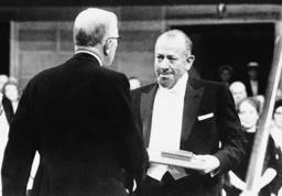 John Steinbeck tar emot Nobelpriset i litteratur 1962. Arkivbild.